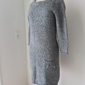 OBS! Skynd dig at købe, den er til salg kun i begrænset periode! Rigtig pæn kjole i uldblanding. Passer til både M og L.