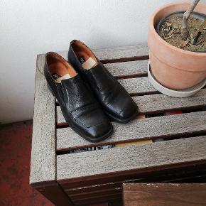 Fine vintage sko med lille blok hæl, passer bedst str. 38 selvom de er str. 39