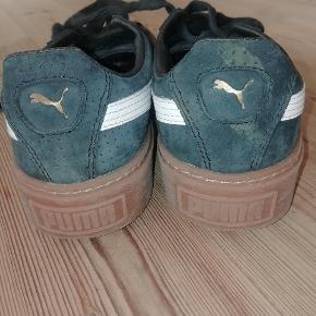 Et par rigtig fine Puma sneakers med en kraftig rågummisål i brun. De er brugt meget lidt og har derfor ingen synligt slid. De fremstår flot i farven og ser nye ud. Materialet er nubuck, som minder lidt om ruskind.