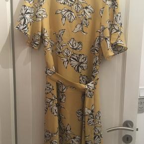 Blomstret kjole fra H&M med bindebånd.  Som ny  Bud ønskes ☀️