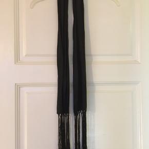Langt smalt silketørklæde med frynser  Sort Bredde 15 cm Længde ca 135 + 25 cm frynser i hver ende