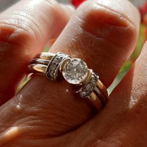 Eksklusivt Diamant smykkesæt i 14 karat guld og hvidguld sælges.  Sættet består af en ring prydet med brillantslebet diamant på ca. 0,85 carat flankeret af otte brillantslebne diamanter (ca. 0,32 carat). Samt et par ørestikker hver prydet med brillantslebet diamant, i alt ca. 0,30 carat flankeret af hver fem brillantslebne diamanter (i alt ca. 0,20 carat).  Farve: TW/W. Klarhed: VVS1. Stemplet 585. Mester BRK (lidt utydeligt). Ringstr. 53/54. Øreringe længde 1,2 cm. Købsbilag medfølger.   ** Diamantring - Fingerring - Brillant ring - Guldring med diamanter - Brudeudstyr smykker - Smykker guld - Ring diamant - Ring guld - Alliancering - Guld smykker - Ørestikker guld - Øreringe med diamanter - Øreringe guld - Smykkesæt guld **