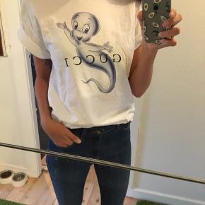 Sjov t shirt 😊   🔴 BEMÆRK!! IKKE FRA MÆRKET GUCCI 🔴  Giver mængderabat 😊🌼 Se også mine andre annoncer 🌼