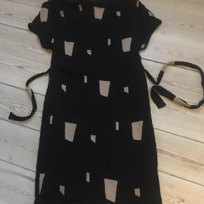 Flot kjole med bindebånd str.34 Kan afhentes i Århus C