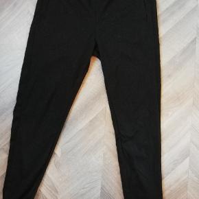 Fine bukser med flot mønster. Lommer i siden og bindebånd til at justere størrelsen. Brugt få gange. Tager ikke billede af tøjet på 🌺