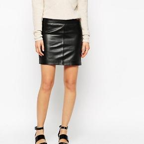 Ganni skind / læder nederdel. Super blød.