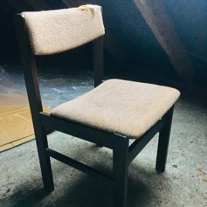 6 af disse stole i massivt mørkt træ. Skal ombetrækkes.   BYD!