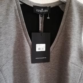 Kjolen har aldrig været brugt, har stadig prismærke. Der står str s, men det kan også passe til str m. Mp. 400kr. Plus porto. Handler gerne med mobilepay.