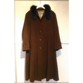 Flot Burberry uldfrakke med pels. Indre og ydre lommer. I en meget god stand. Størrelsen passer en M-L.