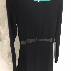 sort stram kjole med meshbånd under brystet ✨  tror nok den er fra ASOS.   XS og S