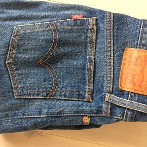 Sælger Levi's jeans i modellen Icon (minder om Wedgie) i str 25 i maven. De var klippet for neden ved køb.