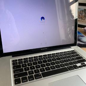 """Macbook Pro 15"""" skærm 2011 model 8GB ram Nyt bundkort for ca 1 år siden 250GB SSD harddisk  Intel Core i7 Det er et engelsk tastatur, men lavet om til dansk. Den har forbrugsmærker  Oplader og HDMI adapter medfølger."""