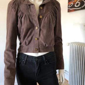 Ubeskrivelig smuk læder jakke fra Baum und Pferdgarten.  Str dansk 36.  Brugt enkelte gange, er som ny og fejler intet.  Byttes ikke.