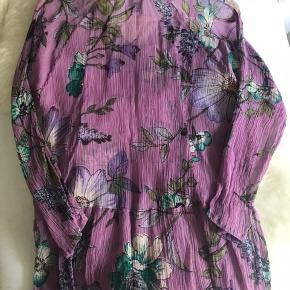 Florlet tunika med fint mønster og lille flæseskørt  - god til rejser i varmen, fylder intet behøver ikke stryges.