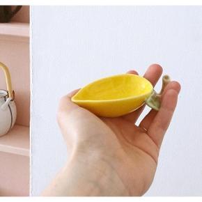 Sød lille citronskål fra The General Store. Ny pris 60,-.  Har et mikroskopisk skår (se billede). Kan bruges til smykker, salt eller soya. L11xH3xW5,5 cm.  #trendsalesfund