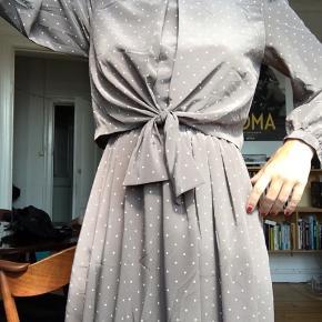 Meget velholdt vintage kjole med elastik i livet.  Stoffet er tungt og kjolen falder derfor smukt 🌸  Str S