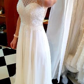 Helt ny gude smuk brudekjole med slæb str 36. Kun prøvet på.  Fra Passions by LILLY.   Prisen er fast,det er et rent kup hvis du skal giftes❣