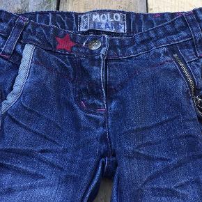 Varetype: Lækre Jeans Farve: Blå Oprindelig købspris: 399 kr.  Smarte jeans med en regulær pasform med smate detaljer.  Bukserne har justerbar talje med knaplukning, bæltestropper samt tre lommer foran.  Bagpå har bukserne en fin detalje på den ene lomme   Der må gerne bydes
