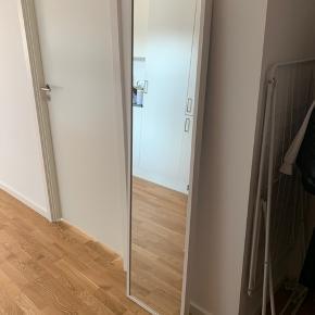 IKEA spejl. Stået på væggen i 2 år. Se mine andre annoncer sælger alle mine møbler til gode priser.