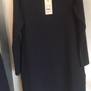 Brystvidden: 98cm  Flot løstsiddende kjole fra Soyaconcept i mørke blå🌸  Kjolen har lange ærmer🌸  Kjolen har et design med linjer der går vandret (se sidste billede)🌸  Kjolen er syet så den går mere ud ved hofterne🌸  Kjolen har aldrig været brugt og har stadig mærke på🛍  95% polyester 5% elastane