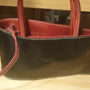 Fin lille ægte lædertaske made in Italy. Mærket er Barberini's