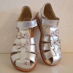 becc7cda754 Nye og flotte sandaler som min pige der døjer med platfod desværre ikke kan  gå med