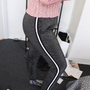 Bukser med glimmer og striber