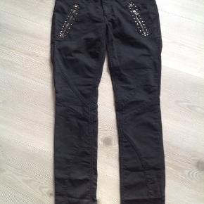 Fine sorte jeans med detaljer foran.