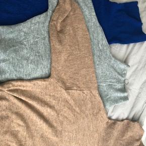 Sælger 3 sweaters Den blå er fra New Yorker mens de 2 andre er fra H&M De er alle brugt få gange og er i god stand Rydder ud i mit klædeskab så de skal egentlig bare sælges hvilket også er grunden til at jeg sælger alle 3 for 50 kr samlet.  Man kan godt nøjes med at købe en enkel til 30 kr.
