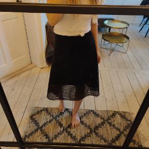 Lækreste sorte nederdel - stadigvæk med mærke på. Underlag er 100% viscose - yderlag 100% polyester.  Kan sendes eller afhentes på Nørrebro :)