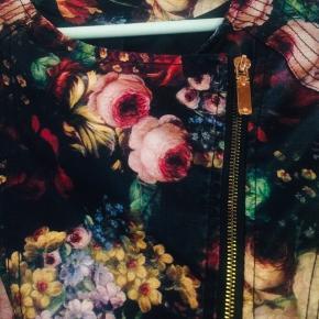 """Flot blomstret """"skindjakke"""" fra Qed London. Meget smuk og god kvalitet og stand. Kan passes af en small også."""