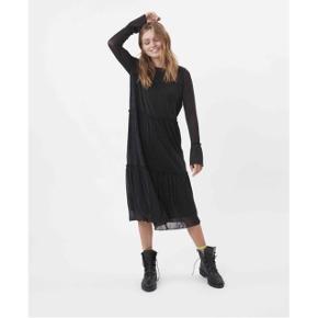 Moves by minimum kjole med glimmer i sort  størrelse: XS  pris: 400 kr   fragt: 37 kr   Ny pris: 550 kr