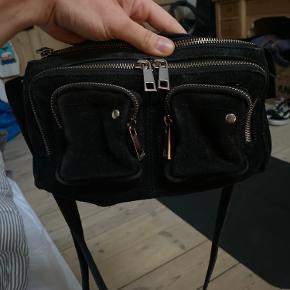 """Sælger/bytter denne populære lille hverdagstaske """"Stine"""" sort ruskinds taske. Og gerne i bytte med en der har weekendtasken """"Alimakka"""" tasken i sort vasket læder."""