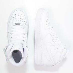 Nike air force 1 High, str 36,5 men fitter større, ca 37-38 God stand Nypris 700 kroner Sælges billigt da jeg ikke kan passe dem Kan mødes I Kbh og ellers sendes