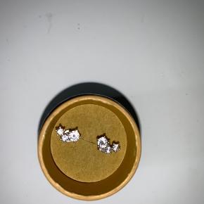 Sælger disse øreringe. De er købt i paris, men kender ikke mærket. Brugt meget lidt. Mp 100,- Skal bare af med dem hurtigst muligt