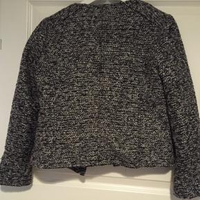 Rigtig fin sort og sølv farvet lille jakke. Den er lavet af 85% polyester og 15% akryl. Jeg sender kun mine ting og prisen er uden porto :)
