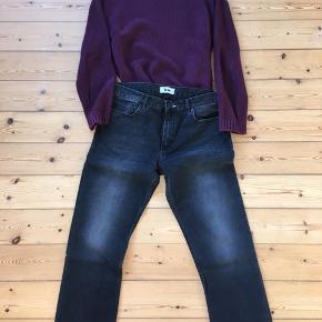 Cropped boyfriend jeans. Sidder behageligt og løst (relaxed og slouchy). Kort ben-længde. Aldrig brugt. Farve er vintage ('slidt'/støvet) sort. Spørg endelig! Alle henvendelser er velkomne. Man er selvfølgelig velkommen til at prøve på før evt køb