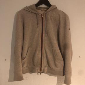 Moncler zip hoodieIkke brugt det helt store Str L, men passer nok mest  M Nypris : 2600kr Mp : 800 Købt i Vangsgaard i Aalborg BYD!