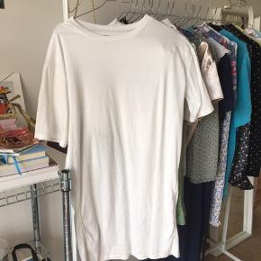 T-shirt kjole i SÅÅÅ blødt stof. Går mig til knæene og jeg er 164 høj🌞