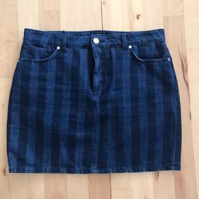 Super fin nederdel i denim og strech stof. Har to lommer foran og to lommer bagpå. Den er ny og ikke brugt men mærkerne er taget af. Nypris 900 kr.