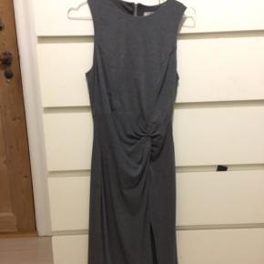 Fineste kjole til galla eller en finere fest, lille slids i den ene side, super flatterende, billede på kan sendes