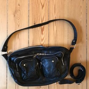 Nunoo Alimakka taske i sort læder sælges. Virkelig god stand med enkelte misfarvninger på lynlåsen og rem. Lang rem medfølger :-)