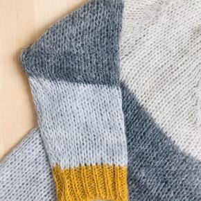 Super lækker strikbluse fra Selected Touch. Lidt oversize model.  Blanding af akryl, nylon, mohair og Lana uld. Der er ikke størrelsesmærke i men jeg husker at det er str. L.  Mål over bryst: 65x2 cm Længde fra skulder til bund: 67 cm Aldrig brugt, kun taget prismærket af.