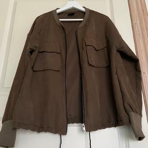 Fin olivengrøn/brunlig bomber jakke fra VILA.