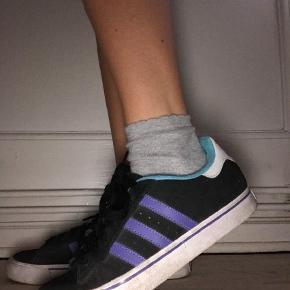 Varetype: Sneakers Farve: Sort Oprindelig købspris: 800 kr. Prisen angivet er inklusiv forsendelse.  -sender med DAO -kun brugt en til to gange -sælger pga de er for store til mig  -kassen kommer med til beskyttelse af skoene