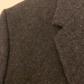 Fed COS frakke. Fejler absolut intet. Farven er sort, med lidt gråt i.