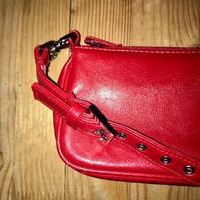 Rød taske  - fejler intet og er brugt meget lidt - super fin størrelse - plads til mobil, pung og små ting