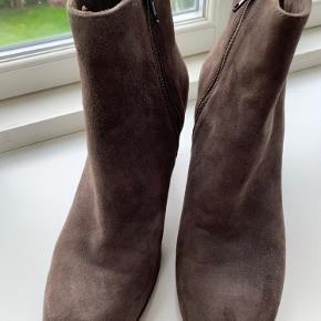 Flotte støvletter med 7 cm hæl. Brugt en gang, så de er stort set som nye. Købt for store, derfor sælges de.