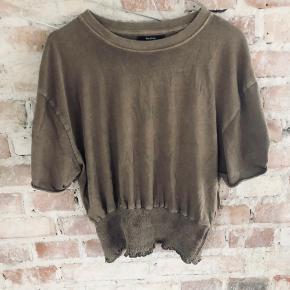 Flot bluse i en brunlig farve fra Bershka i størrelse M - fitter også S. Brugt 1-2 gange. Kan sendes med DAO for købers regning 🤍  Der gives mængderabat, så kig endelig mine annoncer igennem 🌸