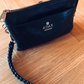 Sælger denne super fine pung i sort læder fra Adax. Pungen er inddelt i mange forskellige rum, så der er plads til det hele.  Fejler intet.